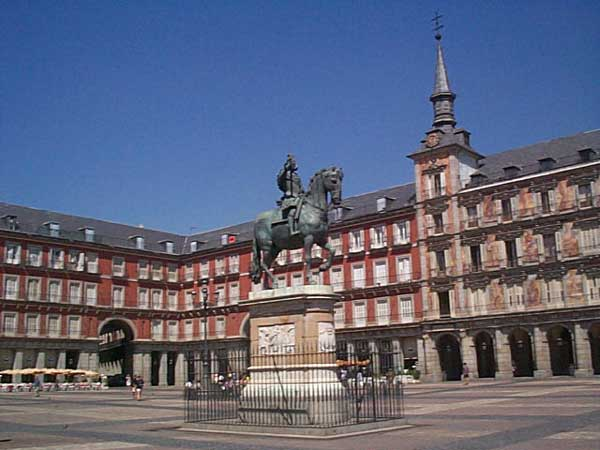 Travelpass.gr - Πλάθα Μαγιόρ: Η περίκλειστη κεντρική πλατεία της Μαδρίτης