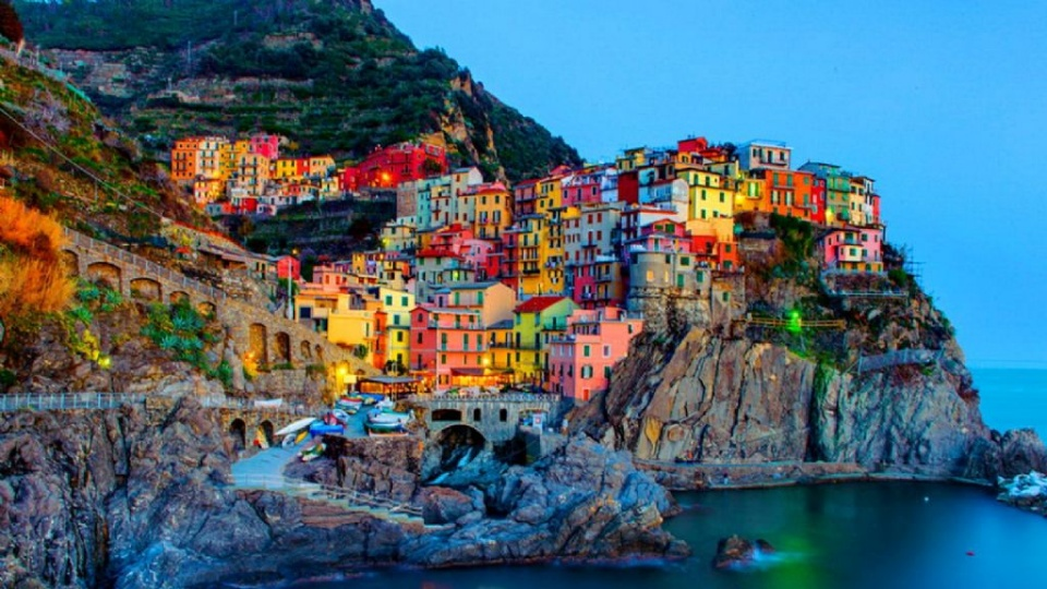 Μαναρόλα: Ένα πολύχρωμο στολίδι στα βράχια